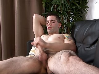 Muscular put the squeeze on someone stud solo wanking on the couch