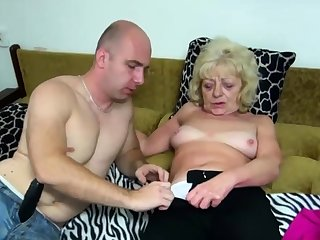 Old blonde bimbo gets the brush cunt dildoed