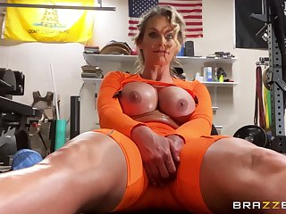 Sinewy MILF Phoenix Marie gets herself off at the gym