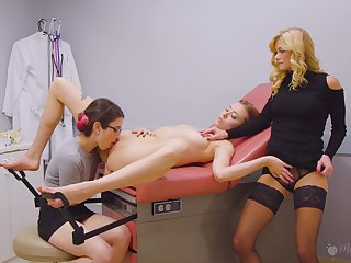 Parching MILFs far a sexual threesome